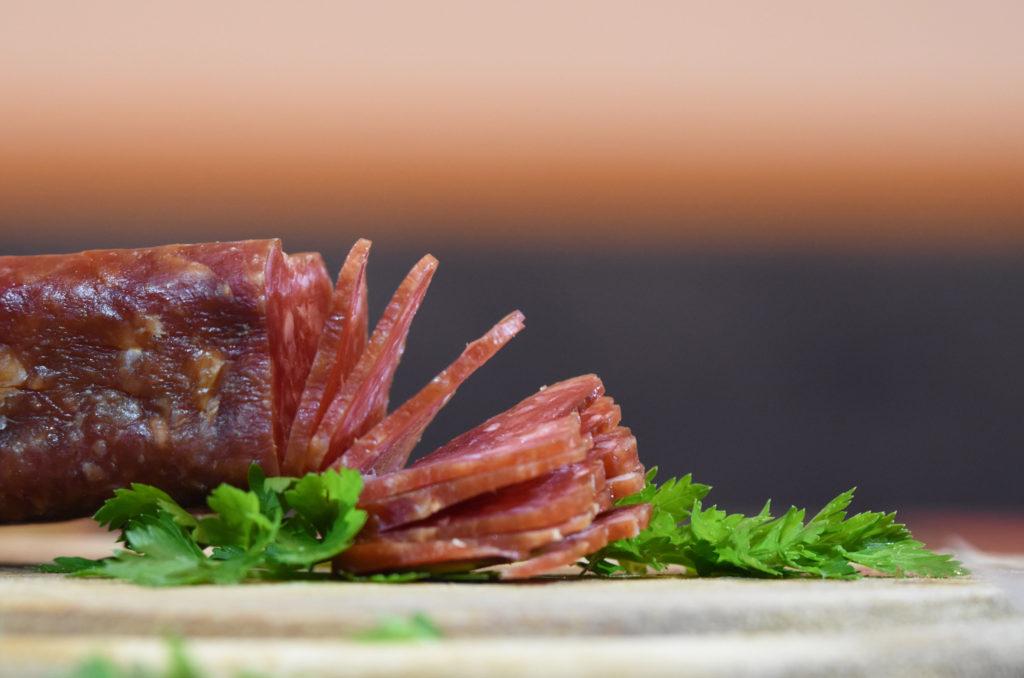 Salami aufgeschnitten